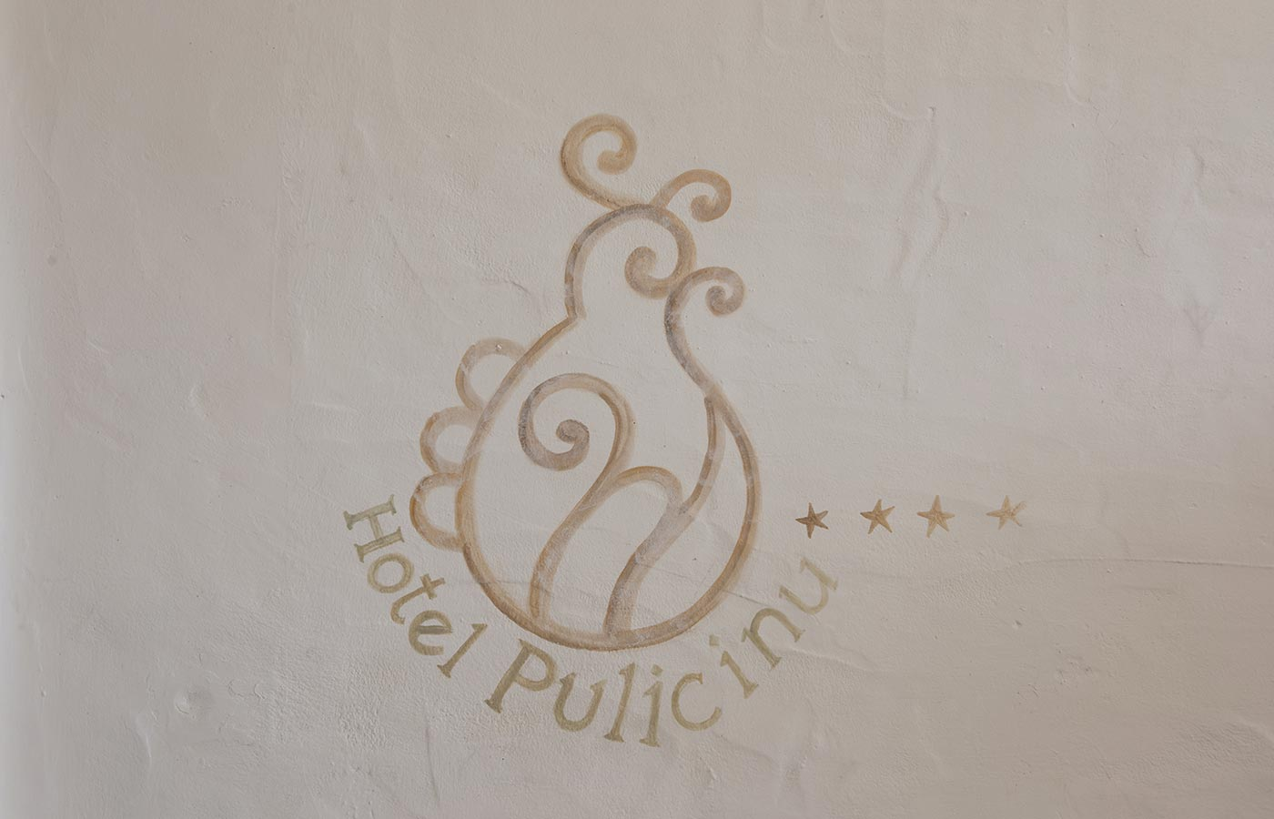 The logo of the Hotel Pulicinu in Baja Sardinia